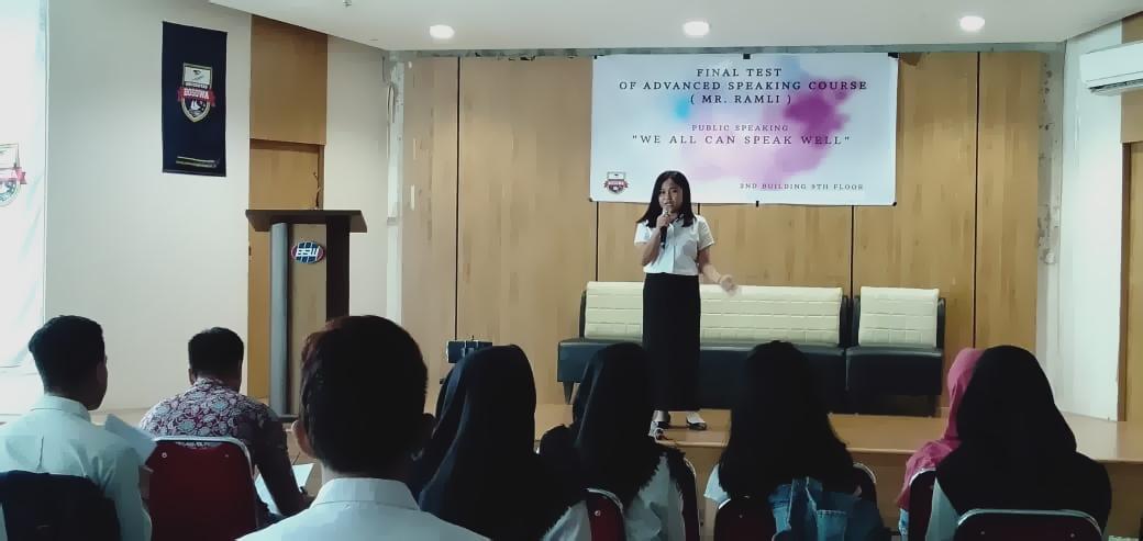 Dosen Unibos Kembangkan Kemampuan Berbicara Mahasiswa Melalui Final Public Speaking