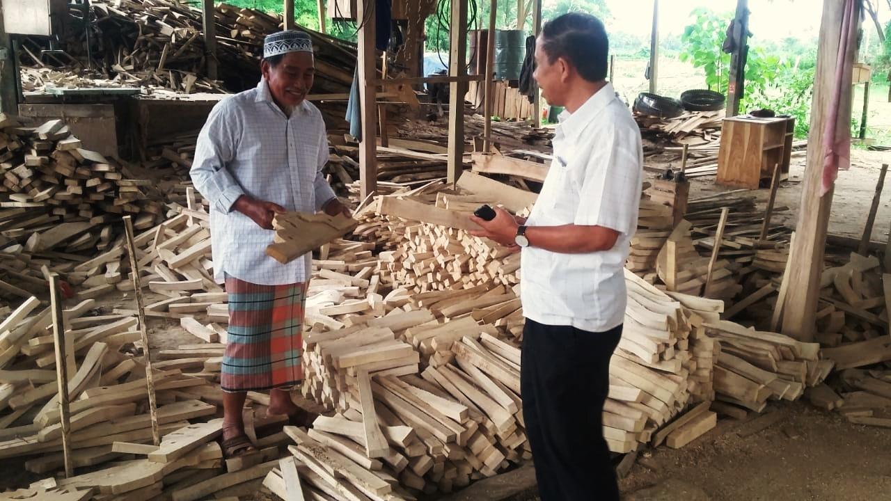 Dosen Unibos Bantu Tingkatkan Produksi Kerajinan Kayu Desa  Kassi Loe