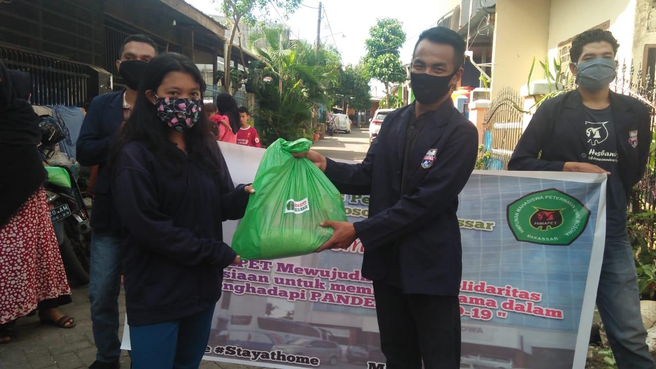Fakultas Peternakan Bersama mahasiswa Himapet Unibos turun membagikan 100 bantuan bahan pangan